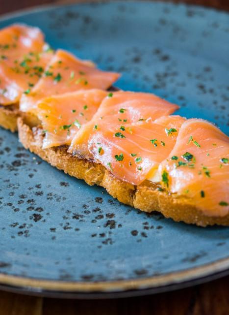 Tosta de salmón y queso brie